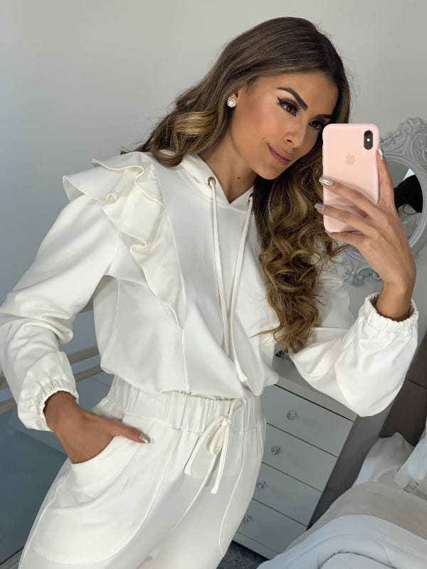 Blusa moletinho feminino: modelo vestindo um moletinho off white.