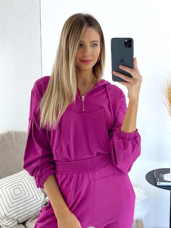 Blusa moletinho feminino: modelo vestindo um moletinho pink.
