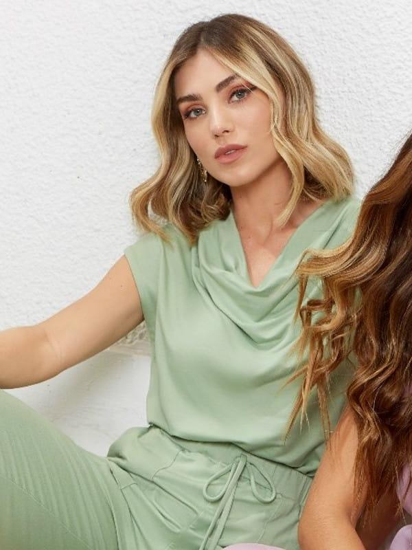 Blusa moletinho feminino: modelo vestindo um moletinho verde manga curta.