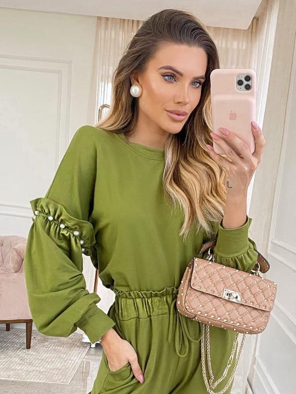 Blusa moletinho feminino: modelo vestindo um moletinho verde.