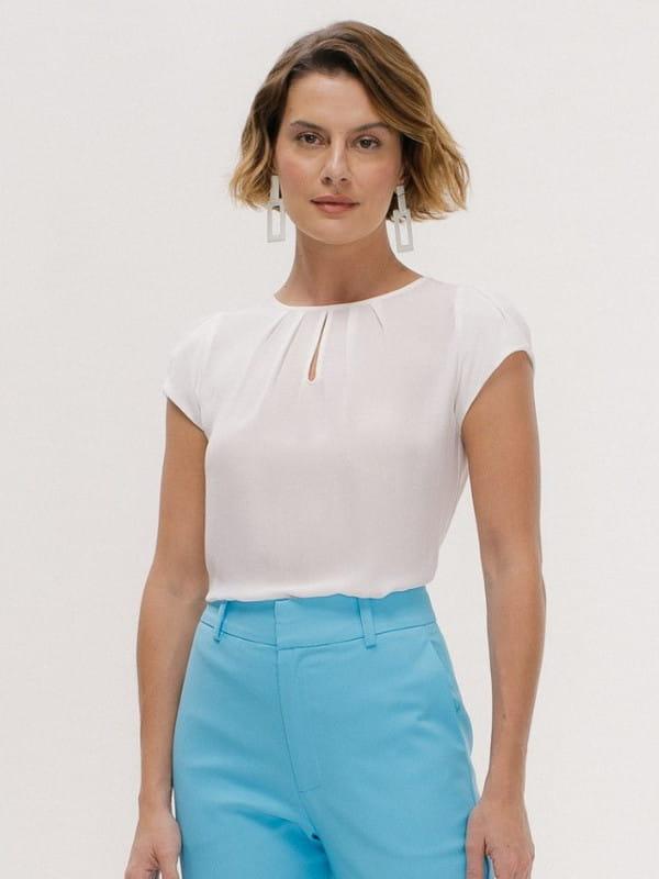 Blusa social feminina: modelo vestindo uma blusa de crepe branca com decote gota.
