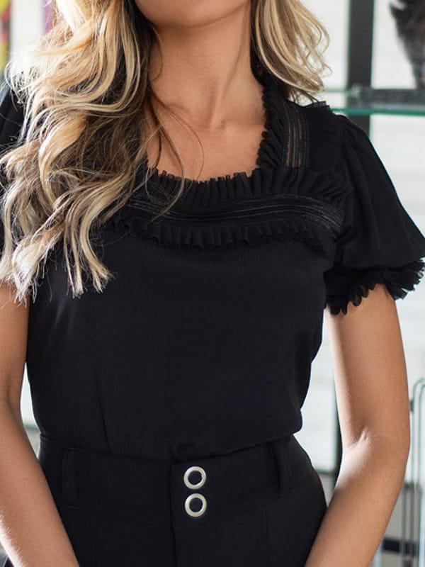 Blusas femininas 2020: modelo vestindo uma blusa preta com manga bufante.