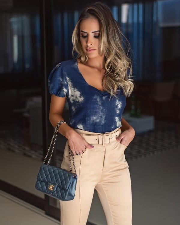 Blusas femininas 2020: modelo vestindo uma blusa tie dye.