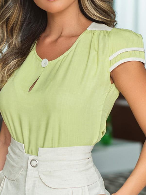 Blusas femininas 2020: mulher jovem vestindo uma blusa de viscose com detalhe em linho.
