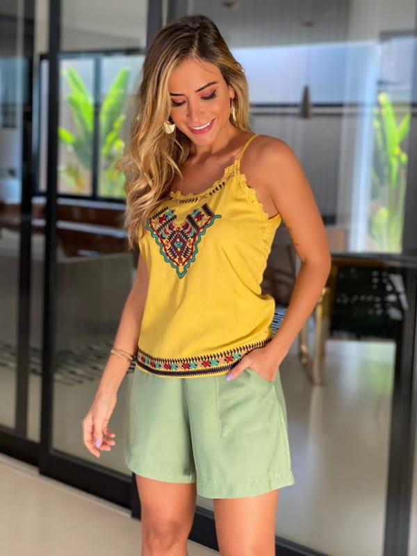 Blusas femininas da moda 2020: Blusa de viscose com alcinha regulável e detalhe bordado mostarda.