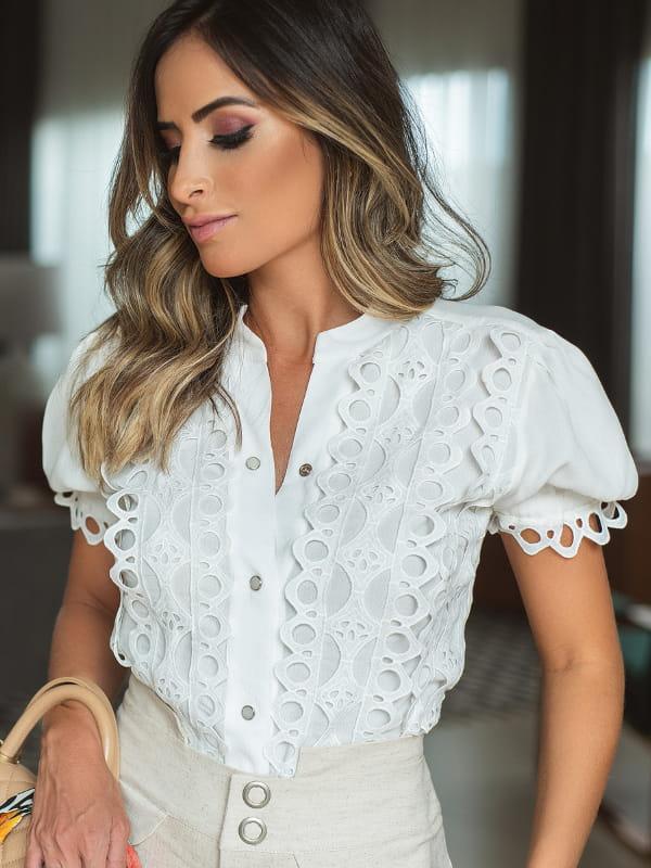 Blusas femininas 2020: modelo vestindo uma blusa de crepe de viscose com renda.
