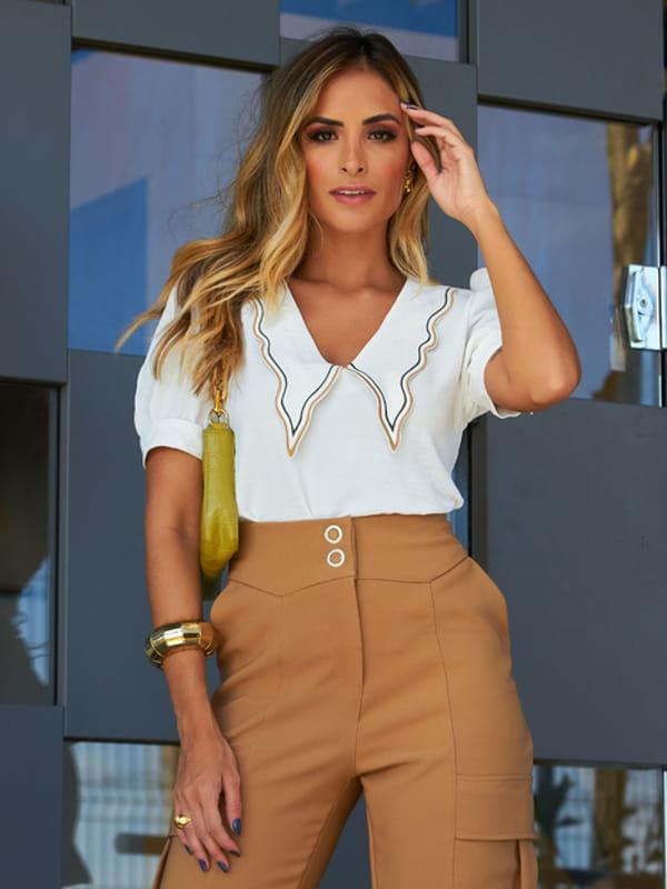 Blusas femininas 2021: modelo vestindo uma blusa de crepe com gola bordada.