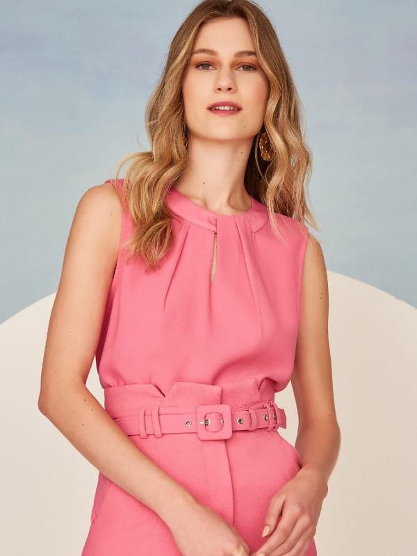 Blusas femininas 2021: modelo vestindo uma blusa social rosa alfaiataria com pregas.