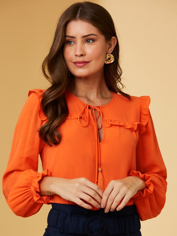 Blusas femininas 2021: modelo com uma blusa de blusa de crepe manga longa amarração e tassel.