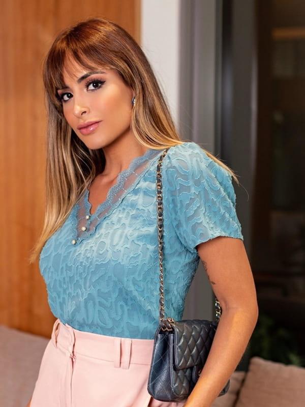 Blusas femininas da moda 2021: modelo vestindo uma blusa devorê manga curta com renda.