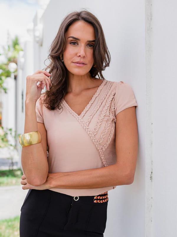 Blusas femininas 2021: modelo vestindo uma blusa de viscose com tecido trançado decote V nude.