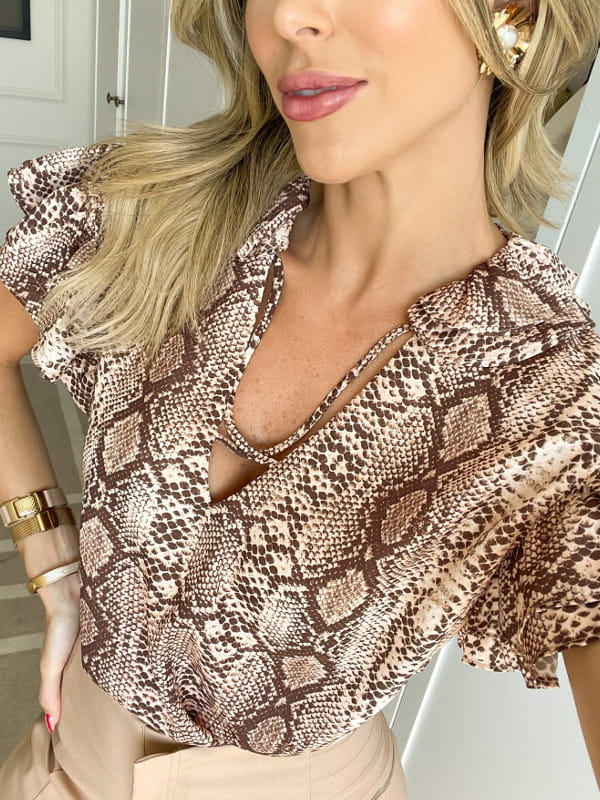 Blusas femininas 2021: modelo vestindo blusa de crepe animal print na estampa cobra.