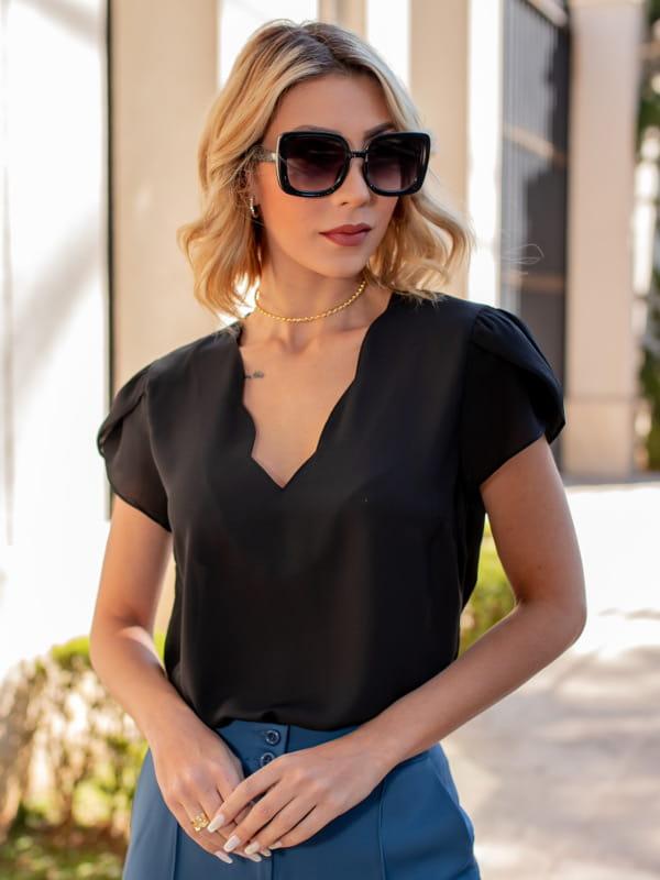 Blusas femininas 2021: modelo vestindo blusa de crepe decote nuvem preta.