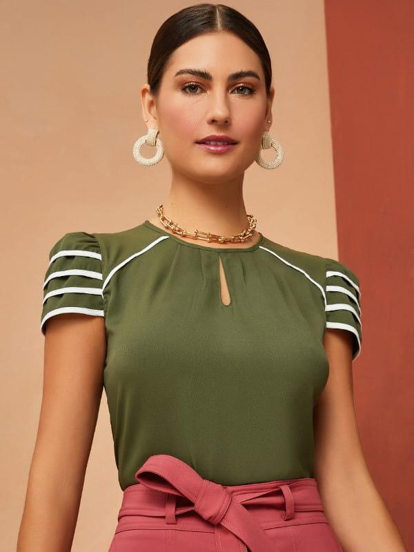 Blusas femininas 2021: modelo vestindo uma blusa de crepe bicolor verde.