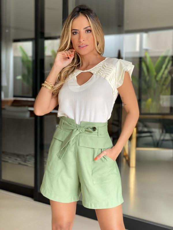 Blusas para trabalhar: modelo vestindo blusa de crepe viscose com manguinhas duplas.