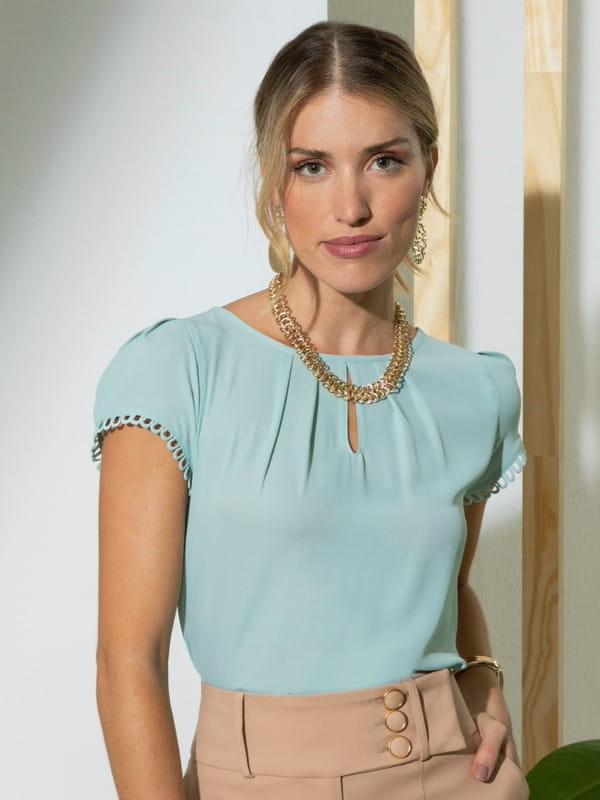 Blusas para trabalhar: modelo vestindo blusa de crepe com renda na manga.