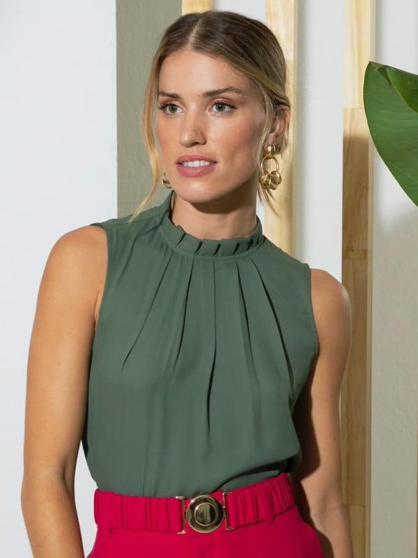 Blusas femininas para trabalhar: modelo vestindo uma regata de crepe guipure e renda.