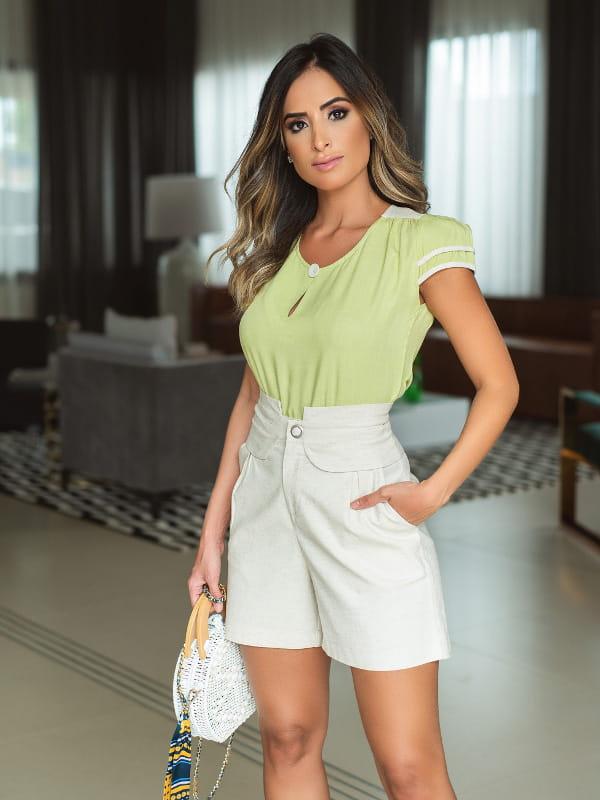Blusas femininas para trabalhar: modelo vestindo uma blusa de viscose com detalhe linho bege.