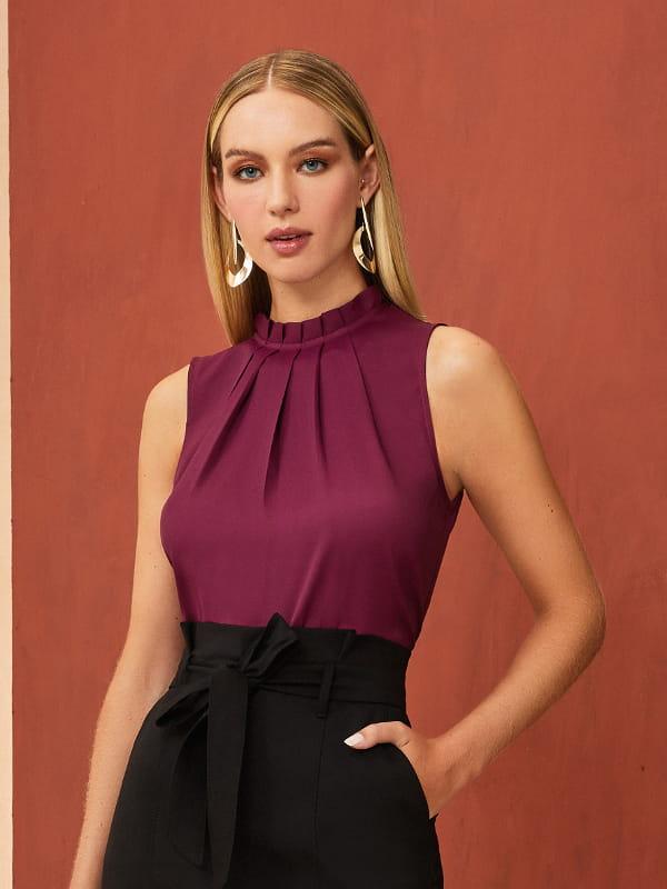 Modelos de blusas femininas: modelo vestindo uma regata de crepe gota ameixa.