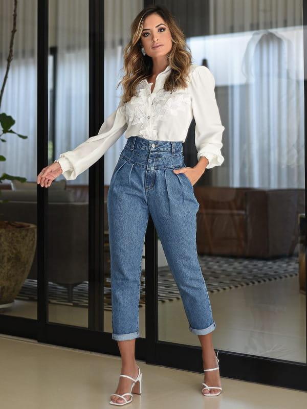 Blusas sociais femininas modernas: modelo vestindo blusa de renda com calça jeans.
