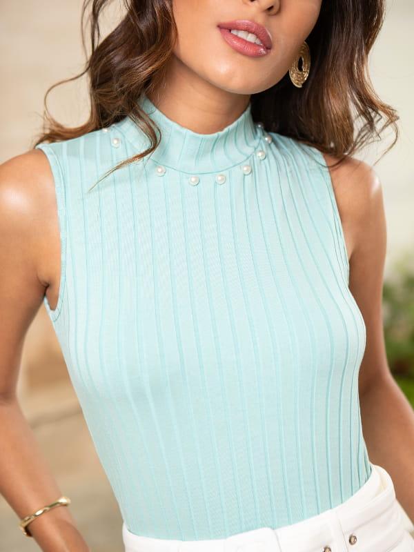 Blusas sociais femininas modernas: modelo vestindo blusa com cor suave para o verão.