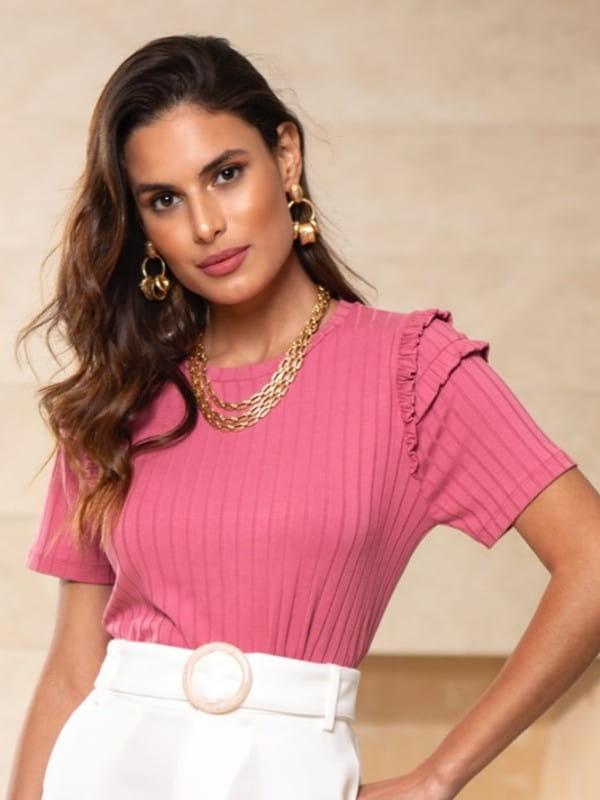 Blusas sociais femininas modernas: modelo vestindo blusa de malha canelada.