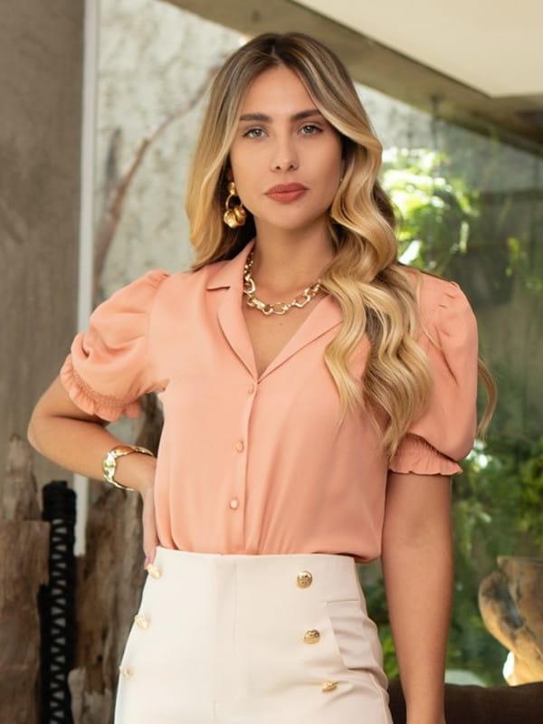 Blusas sociais femininas modernas: modelo vestindo blusa com mangas bufantes.
