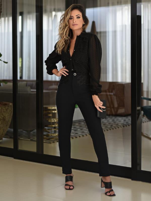 Blusas sociais femininas modernas: modelo vestindo blusa de viscose preta.
