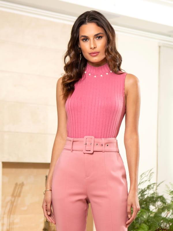 Blusas sociais femininas modernas: modelo vestindo blusa regata canelada.