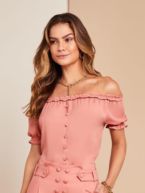 Blusinhas para o verão: modelo vestindo uma blusa ciganinha rosê.
