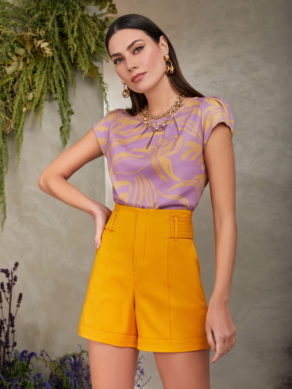 Blusinhas para o verão: modelo vestindo uma blusinha com estampa floral tropical.
