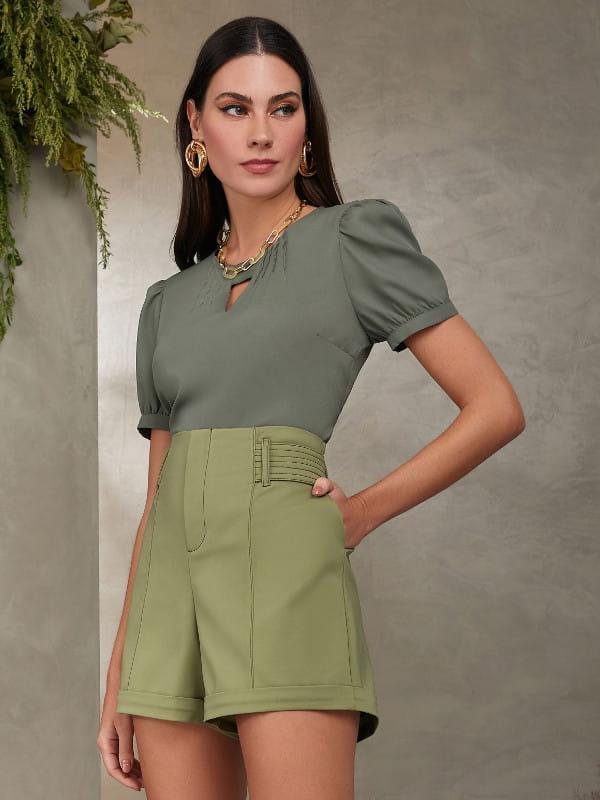 Blusinhas para o verão: modelo vestindo uma blusa com mangas bufantes e bermuda.