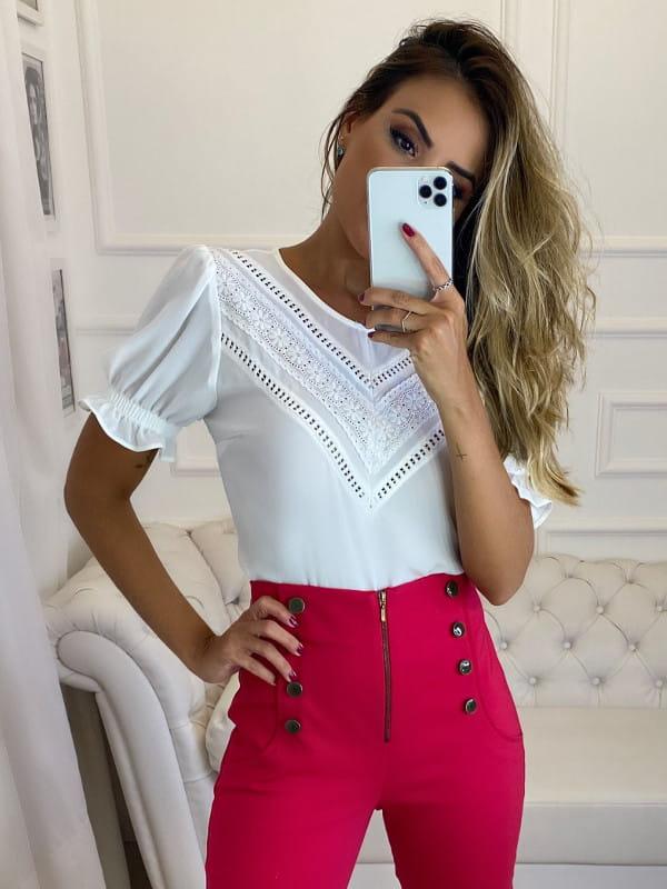 Blusinhas para o verão: modelo vestindo uma blusinha de crepe branca com renda e manga bufante.