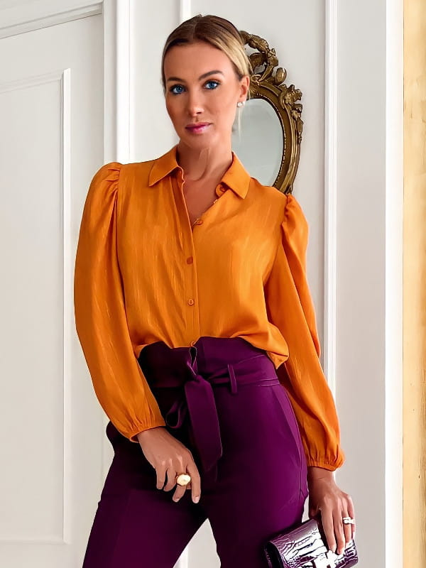 A calça skinny e a sua versatilidade: modelo vestindo uma blusa de crepe básica detalhe gota ameixa.