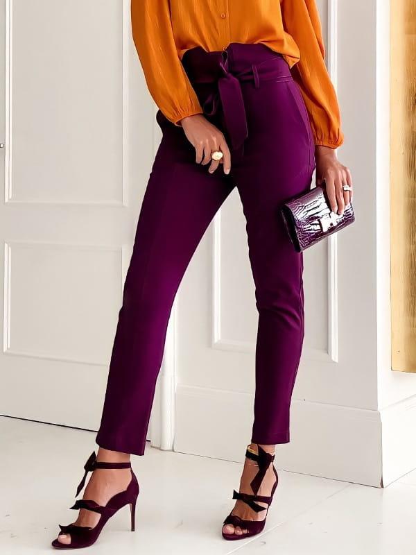 A calça skinny e a sua versatilidade: modelo vestindo uma blusa de crepe decote triângulo e pregas branca.