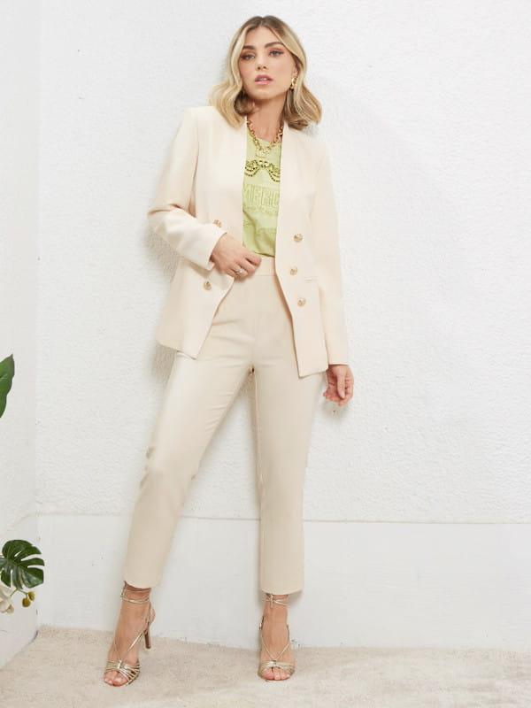 Calça alfaiataria feminina: modelo vestindo calça de alfaiataria com blazer.