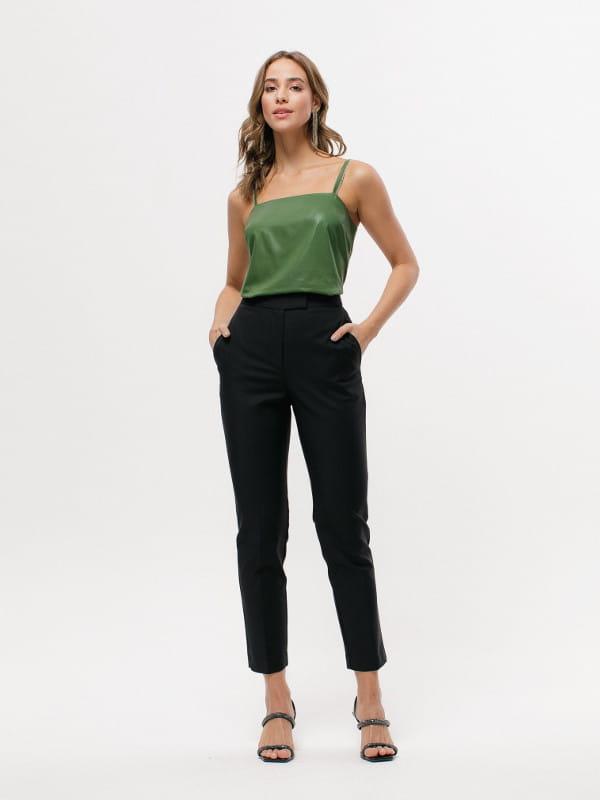 Calça alfaiataria feminina: modelo vestindo calça de alfaiataria preta.