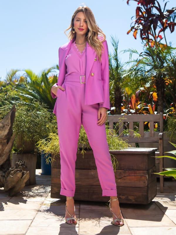 Calça alfaiataria feminina: modelo vestindo blazer e calça de alfaiataria rosa.