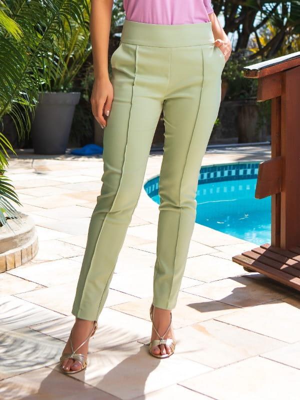 Calça alfaiataria feminina: modelo vestindo calça de alfaiataria verde.