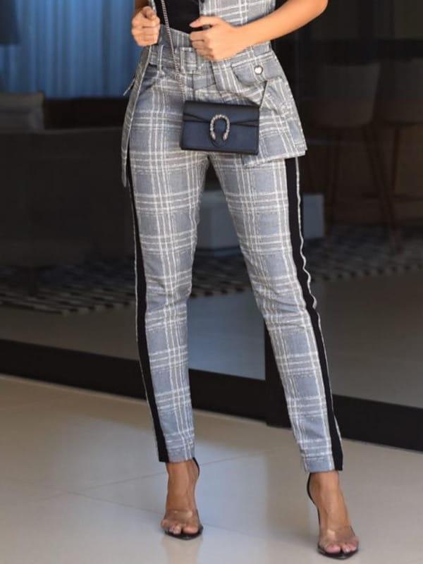 Calça alfaiataria feminina: modelo vestindo calça de alfaiataria xadrez.