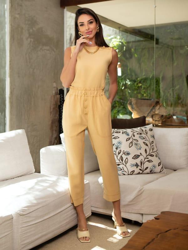 Calça carrot feminina: modelo vestindo uma calça carrot com blusinha por dentro.