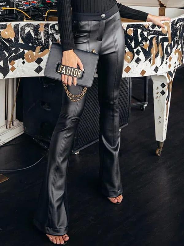 Calça flare feminina: modelo vestindo uma calça flare preta couro fake.
