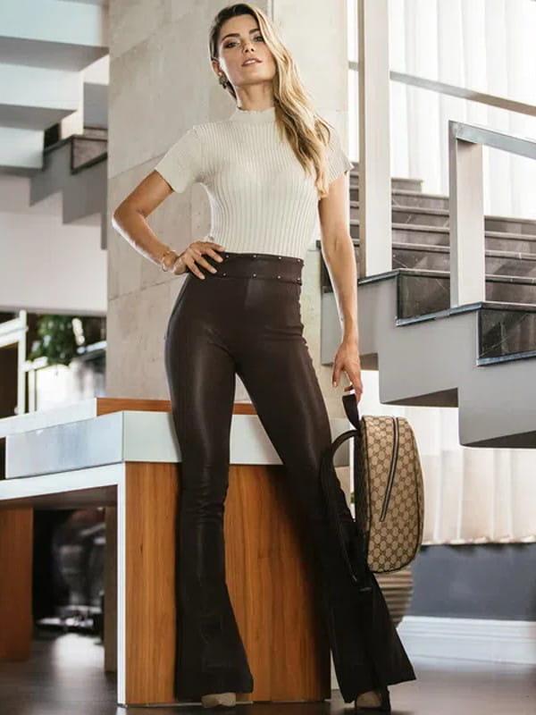 Calça flare feminina: modelo vestindo uma calça estilo montaria marrom.