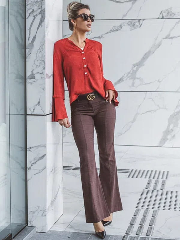 Calça flare feminina: modelo vestindo uma calça flare com nervuras.