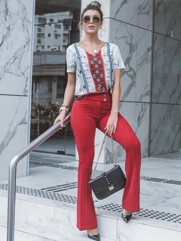 Calça flare feminina: modelo vestindo uma calça flare e blusinha.
