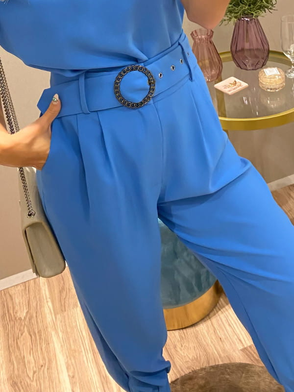 Looks com calça jogger feminina: modelo de costas vestindo calça de crepe e blusa azuis.
