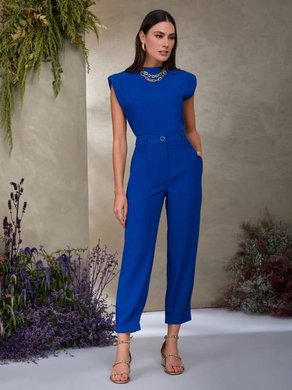 Looks com calça jogger feminina: modelo vestindo calça de crepe azul royal.