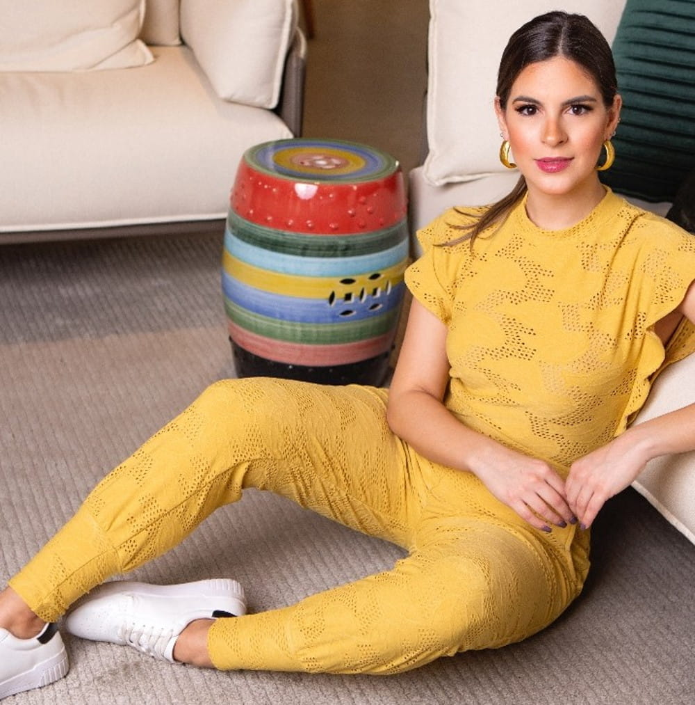 Calça jogger feminina: modelo vestindo uma calça jogger laise.