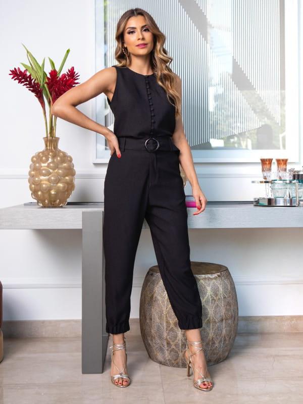 Calça jogger feminina: modelo vestindo uma calça jogger preta para trabalhar.