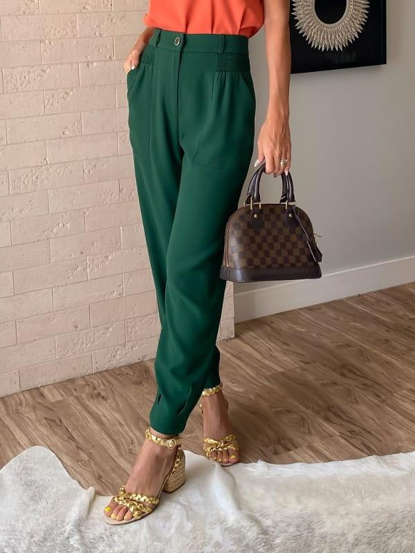 Looks com calça jogger feminina: modelo vestindo calça de crepe verde militar.